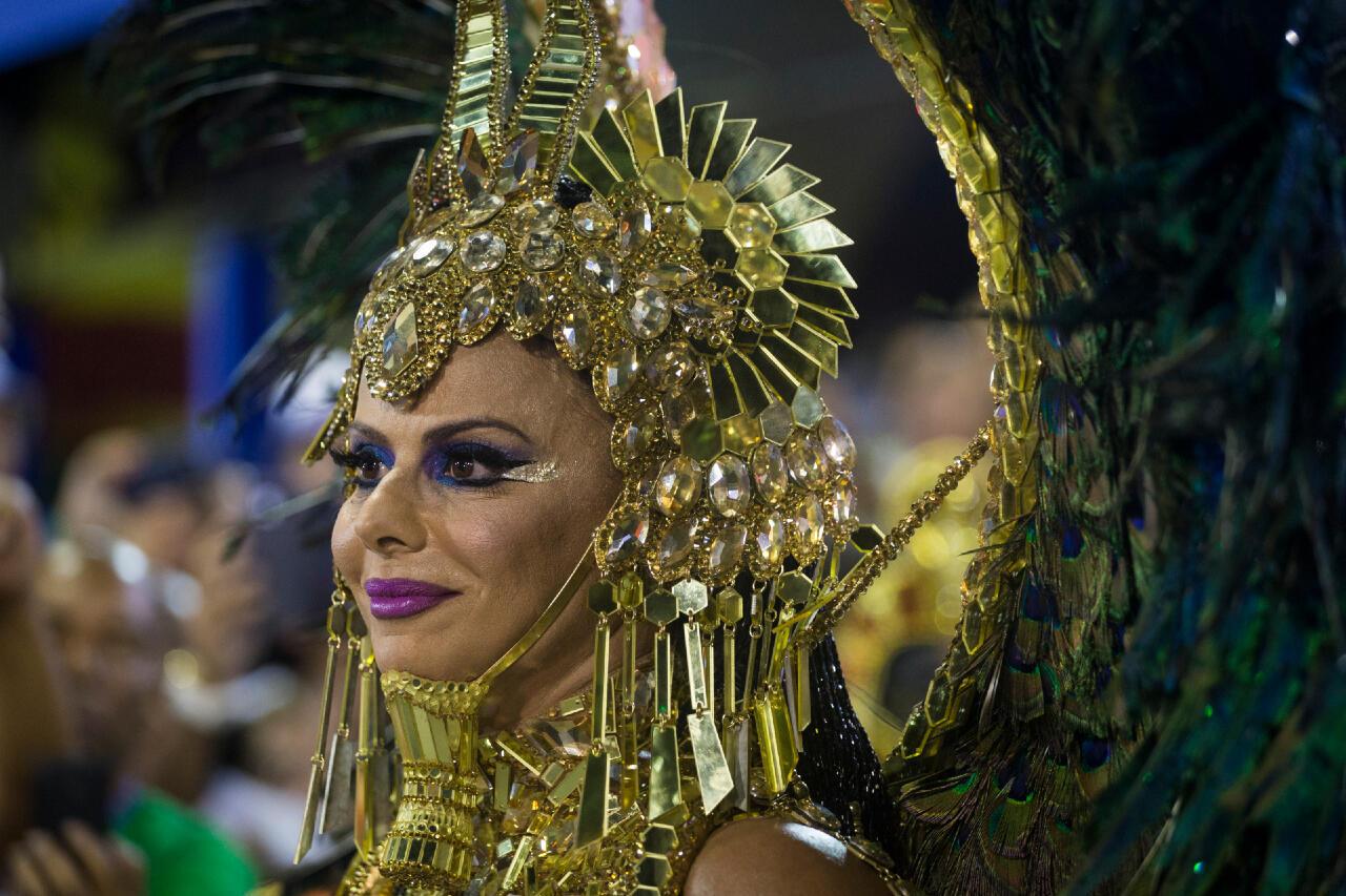 La reina de la batería es una de las figuras más emblemáticas de las escuelas de samba. Se encarga de animar a los percusionistas bailando y luciendo vestidos minúsculos a la par de llamativos. En la foto, la actriz Viviane Araújo, reina de la batería de la escuela Salgueiro desde 2008. (Carnaval 2018)