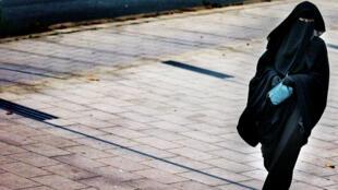Une femme portant une burqa dans une rue de La Haye en décembre 2014.