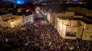 متظاهرون يملاون شوارع الحسيمة بشمال المغرب في 1 حزيران/يونيو 2017