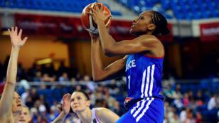 Sandrine Gruda marquant un panier pour la France dimanche à Debrecen.