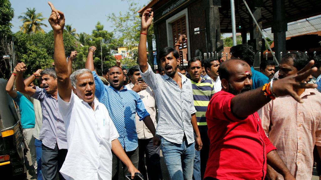 Unos manifestantes gritan consignas cuando participan en un mitin convocado por varias organizaciones hindúes después de que dos mujeres ingresaran al templo de Sabarimala en Kochi, India, el 2 de enero de 2019.