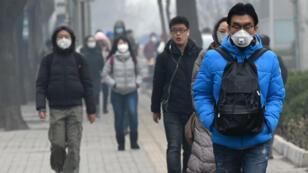 Des passants à Pékin le 8 décembre 2015.