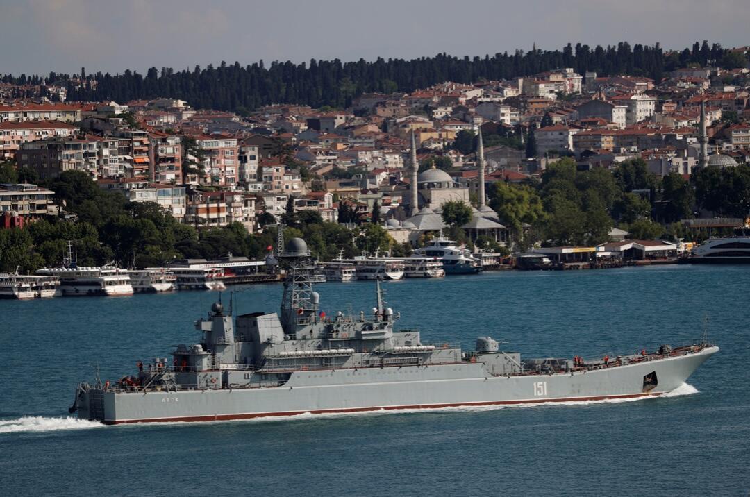 El navío, Azov, de la Armada rusa, navega en el Bósforo, camino al Mar Mediterráneo, en Estambul, Turquía, el 3 de junio de 2020.