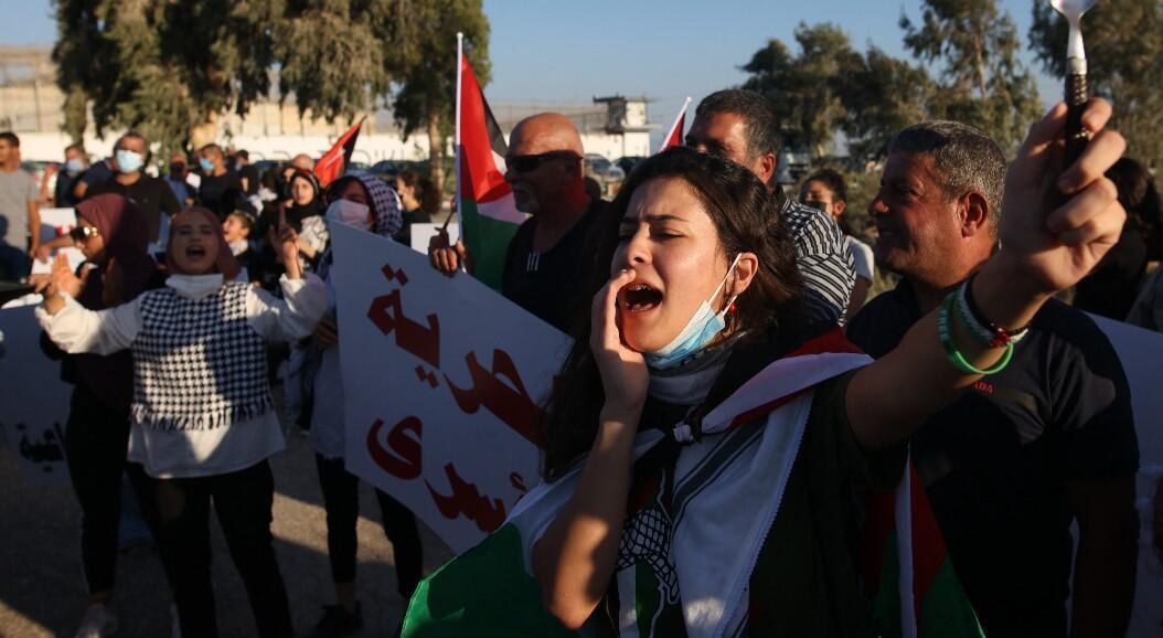Palestinos se manifiestan frente a la prisión israelí de máxima seguridad de Gilboa, en el norte de Israel, en respaldo a un grupo de seis palestinos que huyeron de esa cárcel. En Gilboa, Israel, el 18 de septiembre de 2021.