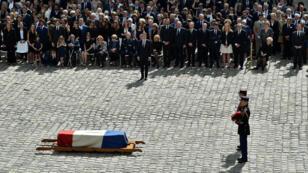 """نعش سيمون فاي في ساحة قصر """"الأنفاليد"""" في باريس. 2017/07/05"""