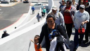 Los miembros de la caravana de migrantes ingresan a las instalaciones fronterizas y de aduanas de EE. UU. en Tijuana, México, mayo de 2018.