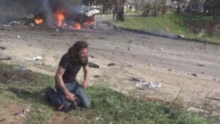 Le photographe Abd Alkader Habak, abasourdi par le drame de l'attentat auquel il vient d'assister.