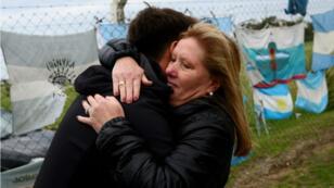 Luisa Rodríguez, la madre del tripulante Ricardo Alfaro del ARA San Juan, mientras abrazaba a un conocido en la base naval de Mar del Plata, Argentina, el 17 de noviembre de 2018, luego de que las autoridades confirmaran el hallazgo de sus restos en el fondo del Atlántico.