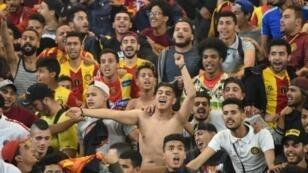 مشجعون لنادي الترجي التونسي يحتفلون في 31 أيار/مايو 2019، باحتفاظه بلقب دوري أبطال إفريقيا في كرة القدم.