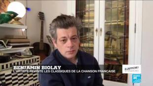 Le chanteur et acteur Benjamin Biolay, confiné chez lui, en avril 2020.