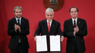 El presidente de Chile, Sebastián Piñera, presenta una indicación a un proyecto de ley que busca que los delitos sexuales en contra de menores de edad no prescriban, en Santiago de Chile, Chile, el 3 de mayo de 2018.