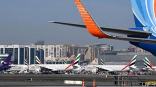 Des avions de la compagnie aérienne Emirates sur le tarmac de l'aéroport de Dubaï, le 6 avril 2020