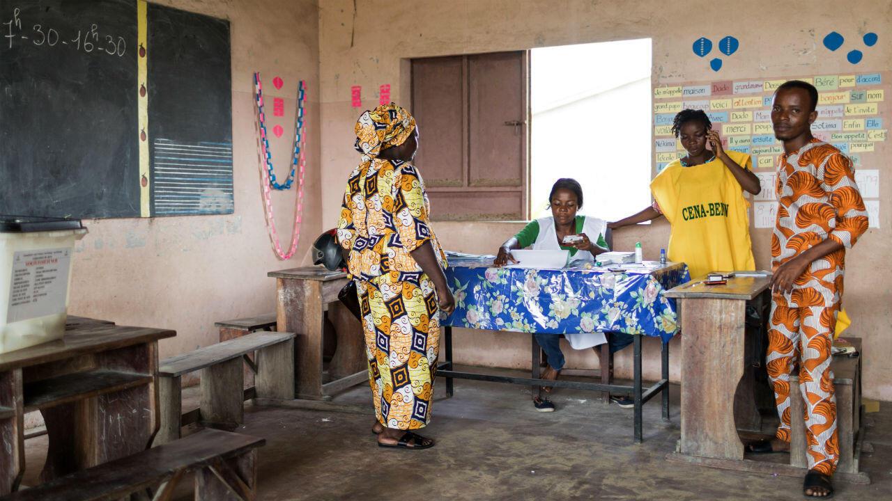 Une électrice dans un bureau de vote de Cotonou, le 28 avril 2019, au Bénin.