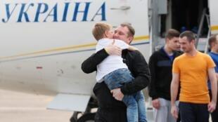 Un prisionero ucraniano a su llegada a Kiev después del intercambio entre Rusia y Ucrania en el aeropuerto internacional de Borispol el 7 de septiembre de 2019.