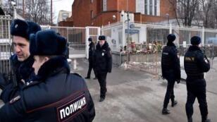 ضباط روس أمام مقر محكمة في موسكو