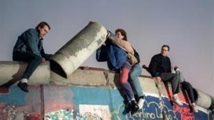 Berlineses desarman parte del Muro, el 16 de noviembre de 1989.
