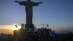 Pacientes reciben la vacuna anticovid al pie del Corcovado, el 18 de enero de 2021, en Rio de Janeiro (Brasil)