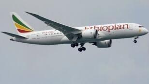 طائرة بوينغ 787-8 تابعة للخطوط الجوية الأثيوبية في سماء سنغفورة. 2018/06/10