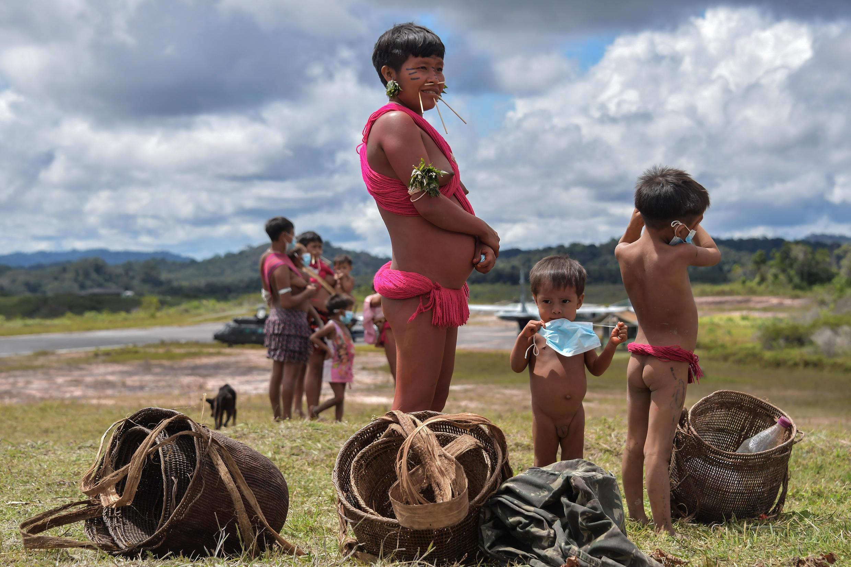 Un niño yanomami sostiene una mascarilla, en la tierra indígena de Surucucu, en Alto Alegre, estado de Roraima, Brasil, el 1 de julio de 2020, en medio de la pandemia de coronavirus.