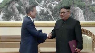 El presidente surcoreano Moon Jae-in y el líder norcoreano Kim Jong-un se dan la mano después de firmar documentos durante la cumbre intercoreana en Pyongyang, Corea del Norte. 19 de septiembre de 2018.