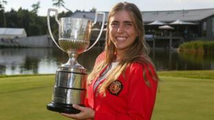 La golfista española Celia Barquín con el trofeo del Campeonato de Europa Individual Femenino en el Penati Golf Club en Eslovaquia el 28 de julio de 2018