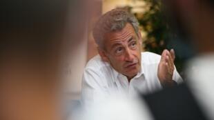 """El expresidente de Francia Nicolas Sarkozy responde una serie de preguntas de los periodistas durante una sesión de firma de su nuevo libro """"Le Temps des Tempêtes"""" dentro del centro comercial Baleone en Ajaccio, en la isla mediterránea francesa de Córcega, el 24 de julio de 2020."""