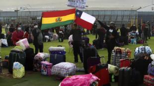 Bolivianos varados en Chile esperan su turno en la frontera para regresar a su país, en Iquique, el 28 de abril de 2020
