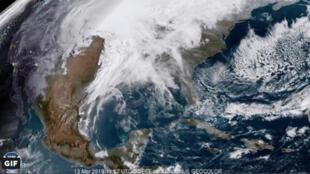 El fenómeno ha generado borrascas de nieve, tormentas eléctricas e inundaciones.