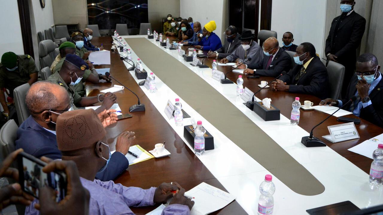 A la izquierda de la mesa, los representantes del denominado Comité Nacional por la Salvación del Pueblo, que protagonizaron el golpe de Estado en Mali el pasado 18 de agosto de 2020; y a la derecha los representantes de la delegación de la Comunidad Económica de Estados del Oeste de África (CEDEAO). Reunidos en Bamako, Mali, el 22 de agosto de 2020.