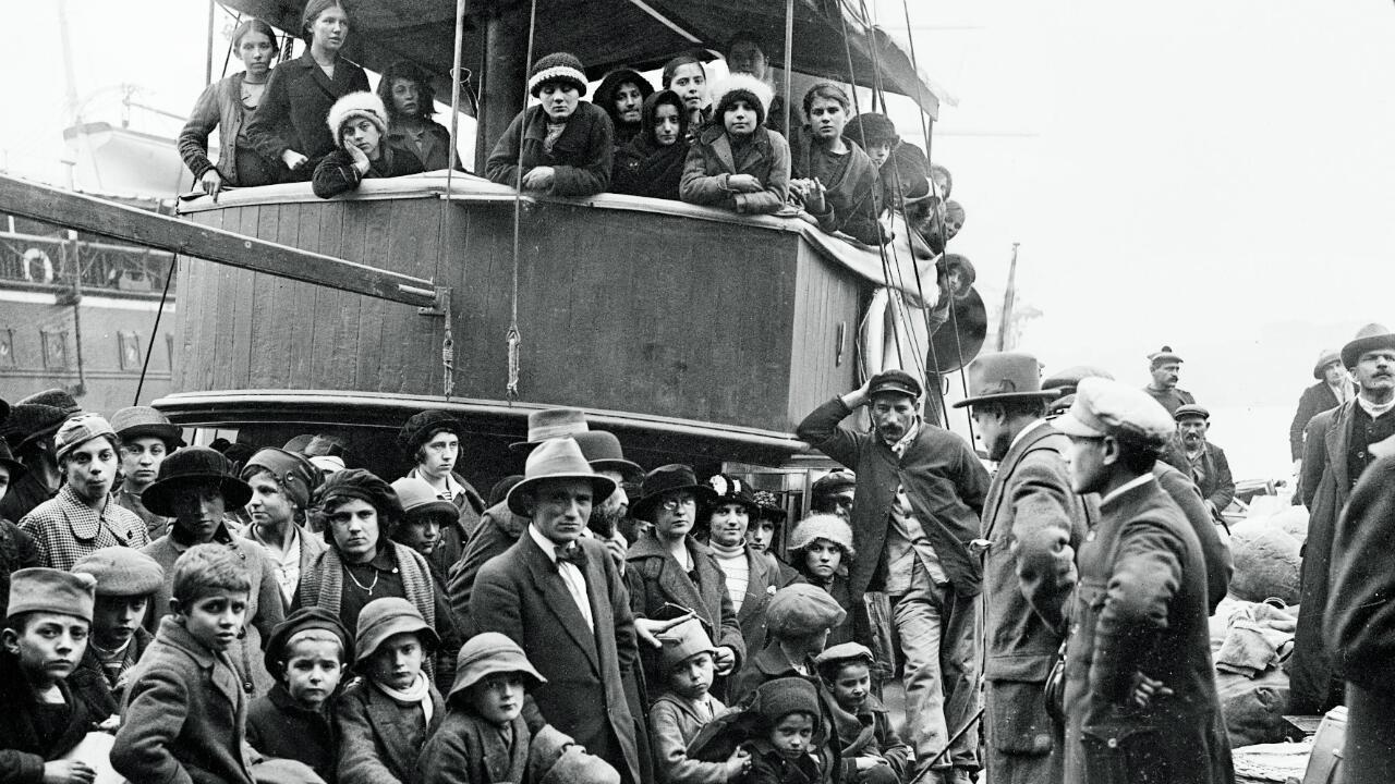 Guerre 1914-1918. Arrivée de réfugiés serbes en France, en 1915. Débarquement à Marseille.