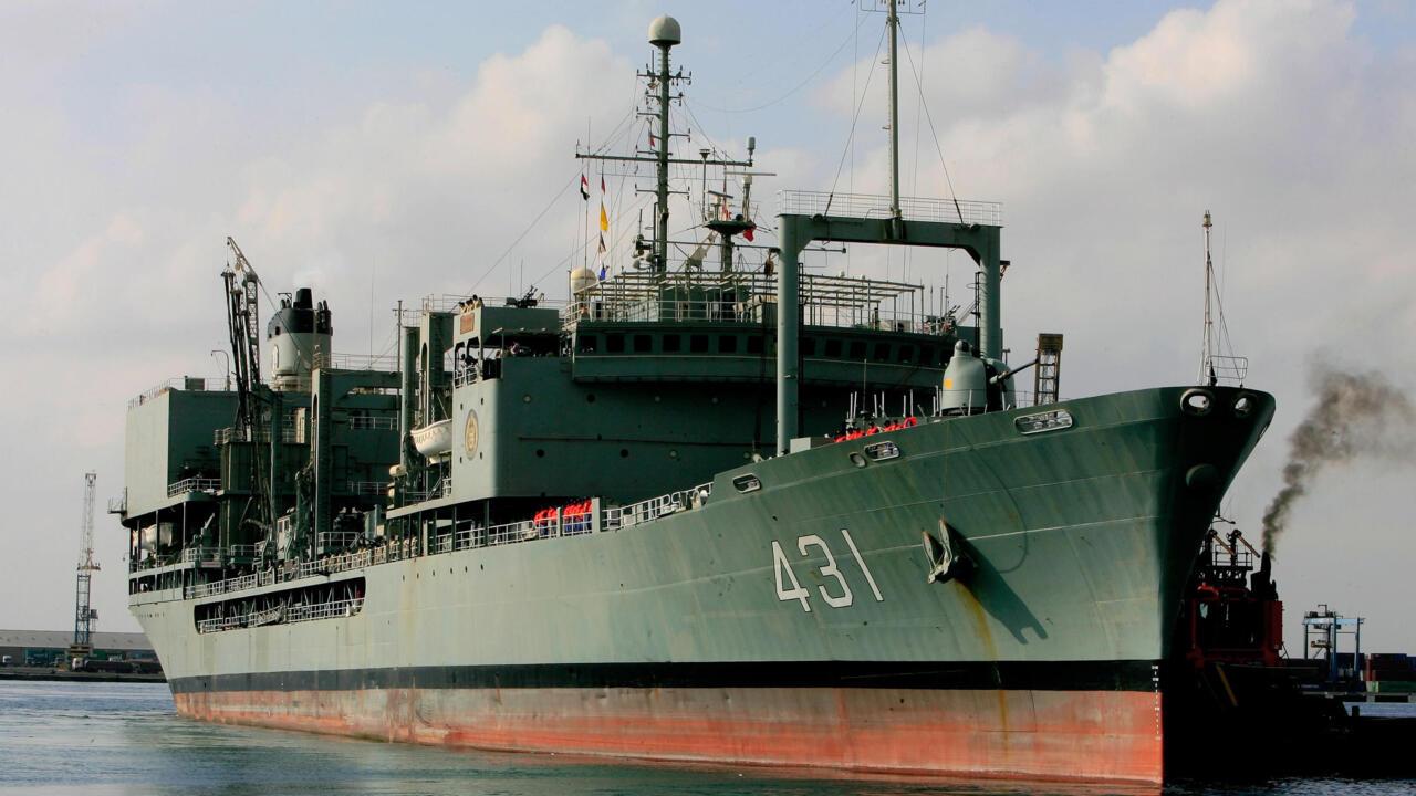 البحرية الإيرانية تعلن غرق سفينة كبرى في خليج عمان