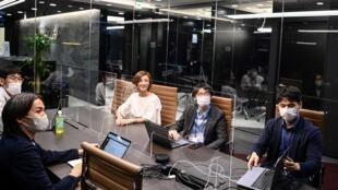 Trabajadores de ReVcomm, una empresa emergente de Tokio que ofrece un sistema de inteligencia artificial para mejorar la venta a distancia