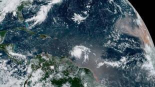 Fotografía cedida por la Administración Nacional Oceánica y Atmosférica (NOAA) por vía del Centro Nacional de Huracanes (NHC) donde se muestra el paso de la tormenta tropical Dorian por el Caribe.