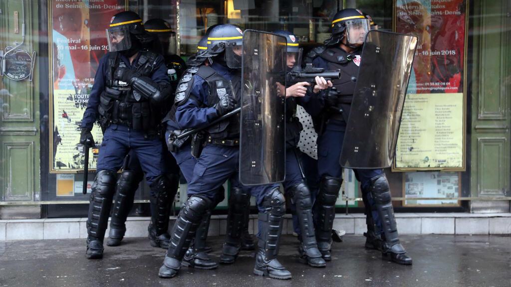 Des forces de l'ordre en position de combat, le 22 mai 2018, lors de la manifestation de la fonction publique à Paris.