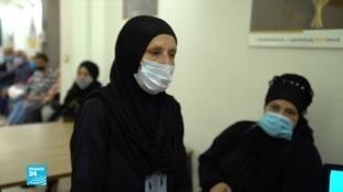 كريمة، عاملة منزلية لبنانية. حالها حال آلاف اللبنانيين الذين اضطروا للتدين وطلب المساعدة من جمعيات إنسانية لضمان لقمة العيش بسبب الأزمة الاقتصادية