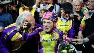 Robert Marchand au vélodrome de Saint-Quentin-en-Yvelines après son nouveau record.
