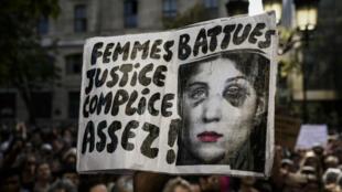 """Cartel con el mensaje: """"Mujeres golpeadas, justicia cómplice, suficiente!"""", durante manifestaciones en París. 6 de octubre de 2018."""