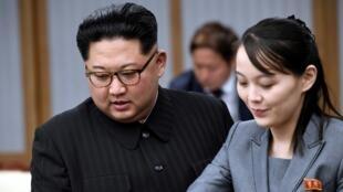 El líder norcoreano, Kim Jong Un, y su hermana, Kim Yo Jong, asisten a una reunión con el presidente surcoreano, Moon Jae-in, en la Casa de la Paz, en Corea del Sur, el 27 de abril de 2018.