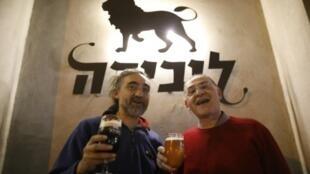 ليونيد ليبكين (يمين) وإريك سلاروف مالكا حانة ليبيرا في حيفا بشمال اسرائيل في 23 شباط/فبراير 2017