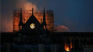 La construction de Notre-Dame de Paris, entamée au milieu du XIIe siècle, s'est étalée sur environ 200 ans.