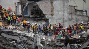 Rescatistas buscan sobrevivientes bajo los escombros de una estructura colapsada en Ciudad de México, tras el terremoto del 17 de septiembre de 2017.