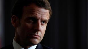 Emmanuel Macron visita La Courneuve, a las afueras de París, el 7 de abril de 2020.