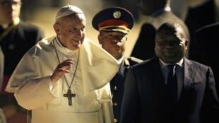 رئيس موزمبيق فيليب نيوسي يستقبل البابا فرنسيس في مابوتو، 4 سبتمبر/ أيلول 2019.