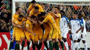 Los jugadores de Australia celebran uno de los tres tantos de Mike Jedinak ante el lamento de Honduras en el estadio ANZ de Sidney, el 15 de noviembre de 2017.