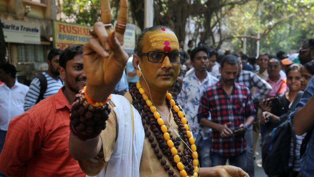 Jatin Rangrao Harane, un candidato independiente transgénero, abandona la oficina electoral después de completar su nominación para las elecciones generales en Mumbai, India, el 9 de abril de 2019.