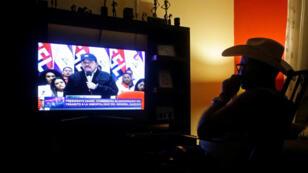 Un hombre mira una transmisión del presidente nicaragüense Daniel Ortega, en Managua, Nicaragua, el 21 de febrero de 2019.