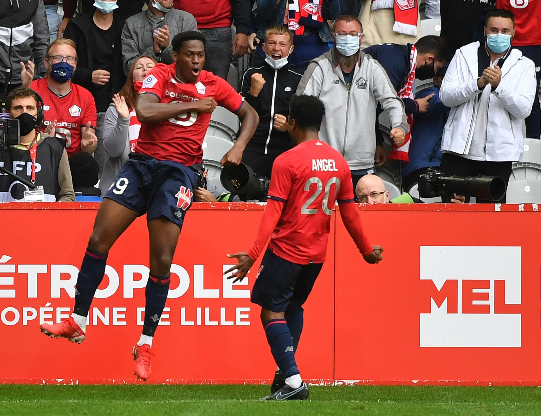Jonathan David (L) célèbre après que Lily marque le vainqueur contre Montpellier