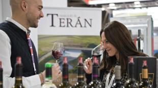 """Viticultores españoles disfrutan de un vino de la exposición """"Wine Paris""""."""