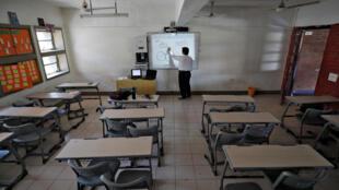 أستاذ يعطي أحد دروسه عبر الإنترنت للطلاب. الهند