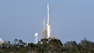 En utilisant un lanceur de fusée déjà utilisé, Elon Musk souhaite réduire les coûts des voyages spatiaux.